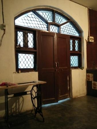 1 BHK Floor for Sale in Gwal Pahari Road Gurgaon - Living Room