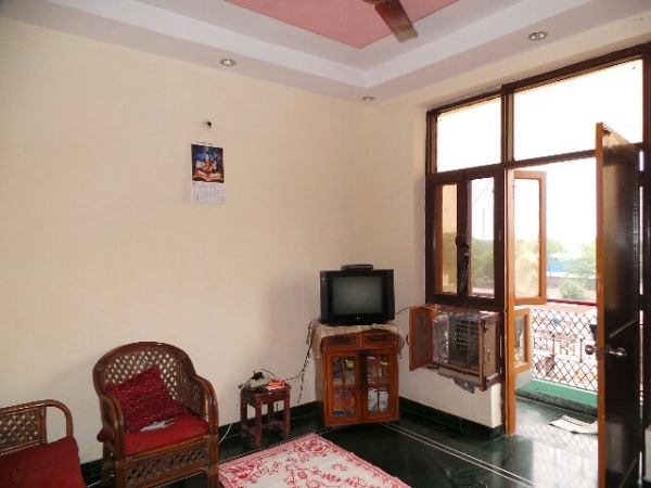 2 BHK Floor for Rent in Ashoka Enclave Faridabad - Living Room