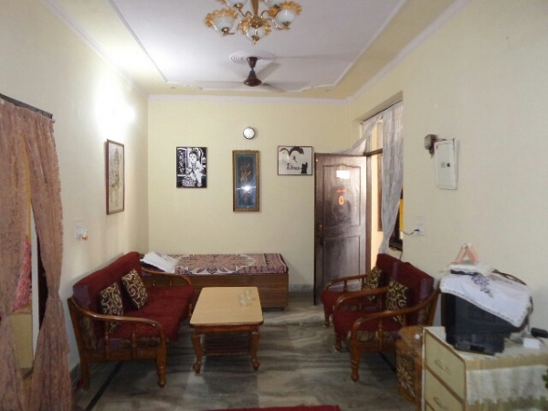 2 BHK Floor for Rent in Sector 37 Faridabad - Living Room