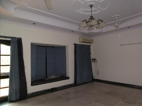 2 BHK Apartment for Rent in Himalaya Apartments - Living Room