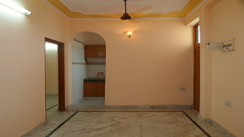 2 BHK Floor for Rent in Antriksh Swarn Apartments - Living Room