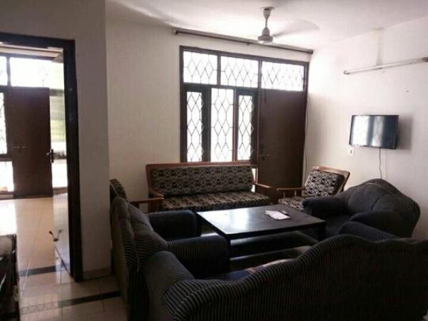 3 BHK Floor for Rent in Chattarpur Enclave Phase 2 New Delhi - Living Room