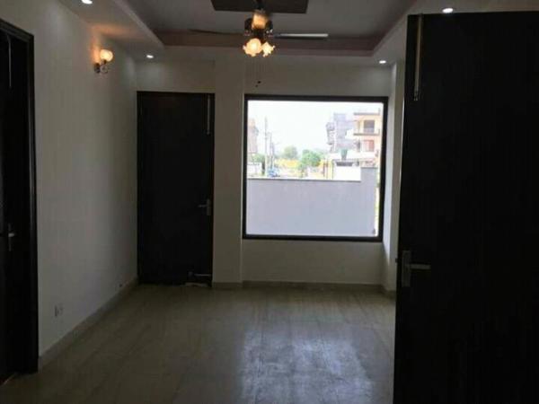 3 BHK Floor for Rent in New Manglapuri New Delhi - Living Room