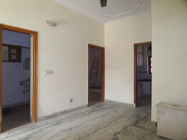3 BHK Floor for Rent in Sector 30 Faridabad - Living Room