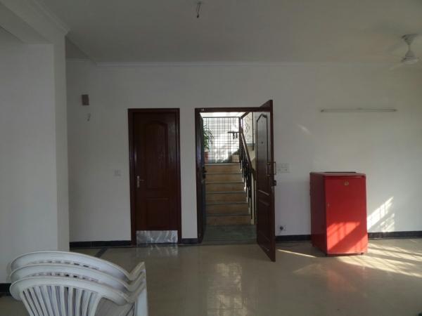 2 BHK Floor for Rent in Unitech Deerwood Chase - Living Room